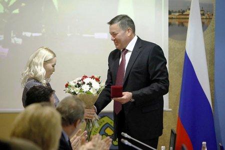 Олег Кувшинников наградил медсестру, спасшую 8 человек из горевшего здания Бабушкинской ЦРБ
